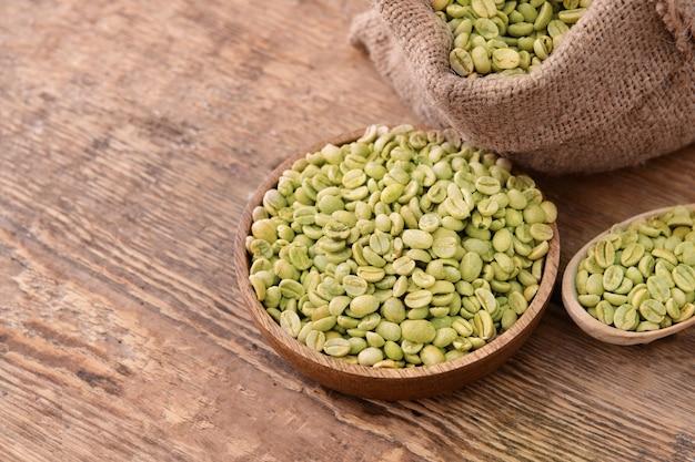 テーブルの上の緑のコーヒー豆