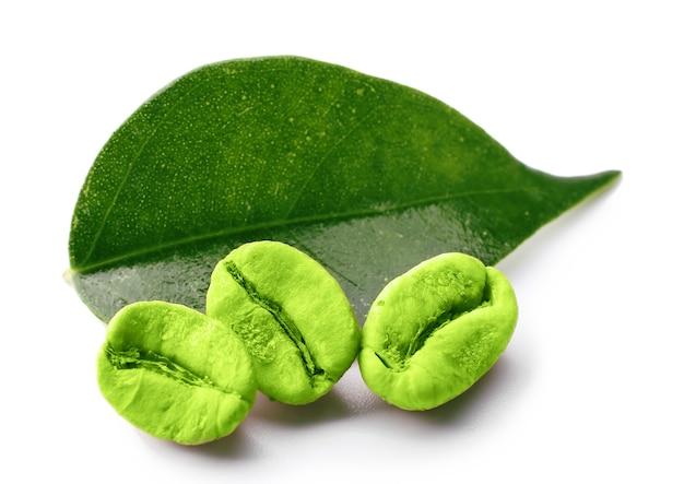白で隔離の葉と緑のコーヒー豆