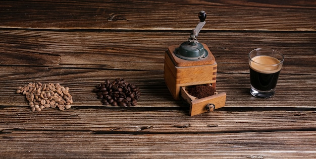 グリーンコーヒー、焙煎、木製のテーブルの上でグラインダーとエスプレッソで挽いた