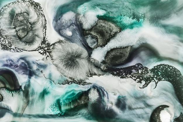 Фон чернил спирта зеленого цвета, абстрактный океан. поверхность экзопланеты, мраморная текстура, жидкий жидкий фон. пятна и полосы краски под водой