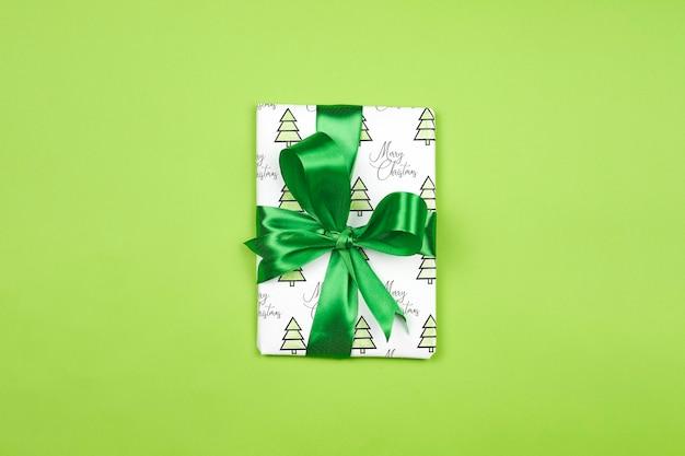 Рождественский подарок зеленого цвета