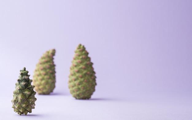 青の背景に緑の円錐形。コピースペース、クリスマスのコンセプト。