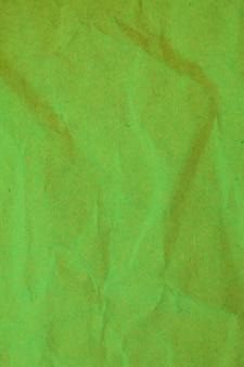緑のしわくちゃの紙の背景。