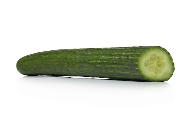 Зеленый огурец на белой поверхности