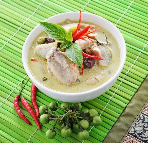 Зеленая курица карри, тайская кухня
