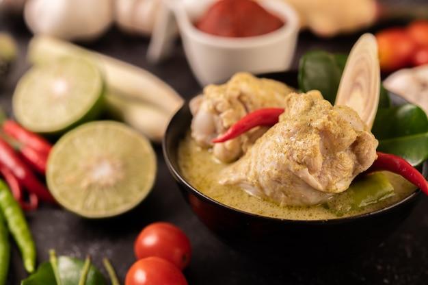 チキン、チリ、バジル、トマト、ライム、カフィアライムの葉、ニンニクを使ったグリーンカレー。