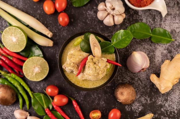 Зеленое карри из курицы, перца чили и базилика, с помидорами, лаймом, листьями кафр-лайма и чесноком.