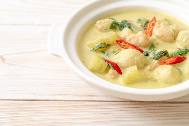 Суп из зеленого карри с фаршем из свинины и мясного шарика в миске по-азиатски
