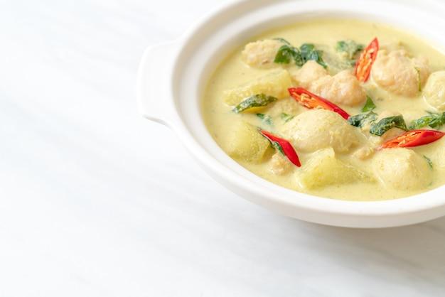 豚ひき肉とミートボールをボウルに入れたグリーンカレースープ-アジア料理スタイル