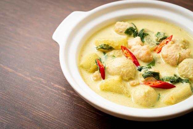 Зеленый суп карри с фаршем из свинины и фрикадельками в миске. азиатский стиль еды