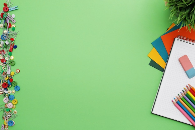 Scrivania verde con elementi decorativi, vista dall'alto, sfondo copypace