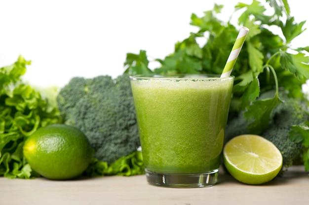 녹색 해독 스무디. 빠른 체중 감량을위한 스무디 레시피