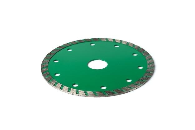 흰색 배경에 격리된 콘크리트, 석재 및 타일 절단용 녹색 다이아몬드 디스크.