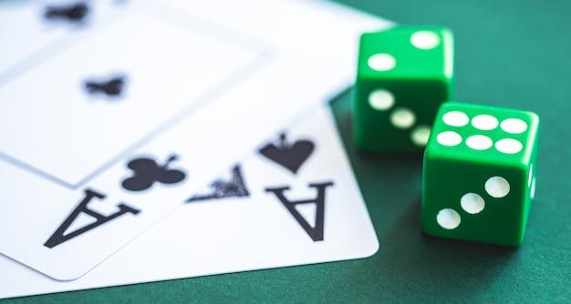 Зеленые кости и игральные карты на покерном столе