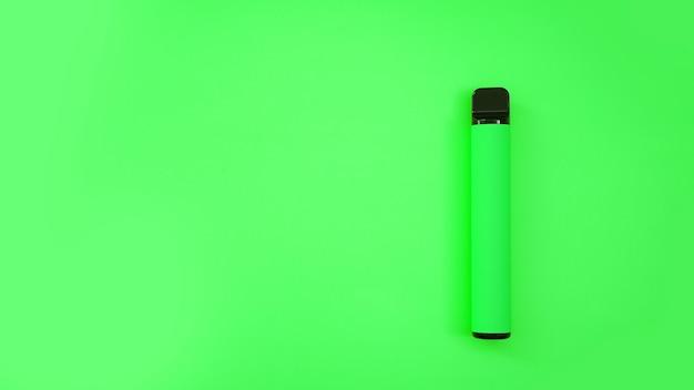 Зеленая одноразовая электронная сигарета на ярком фоне. яблочно-мятный аромат. макет каталога