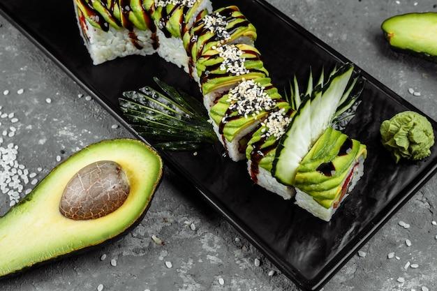 Суши-ролл зеленый дракон с угрем, авокадо, огурцом и имбирем в сопровождении жареной креветки темпура