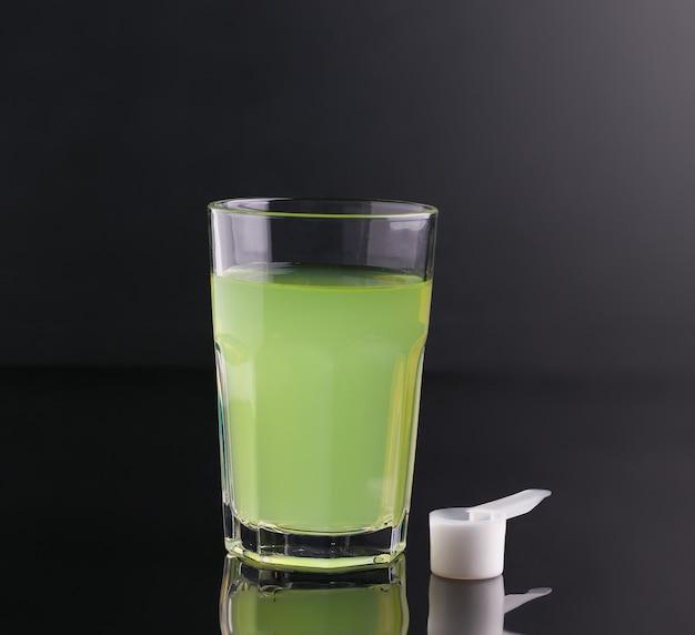 Зеленый напиток полезен для спортсменов на черном фоне