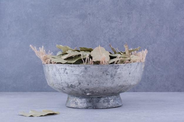 Зеленые сухие лавровые листья в чашке