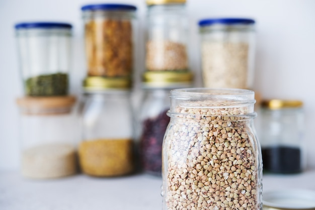 ガラスの瓶の中の緑の乾燥そば、きれいな食品、有機食品、ゼロウェイスト、選択的な焦点