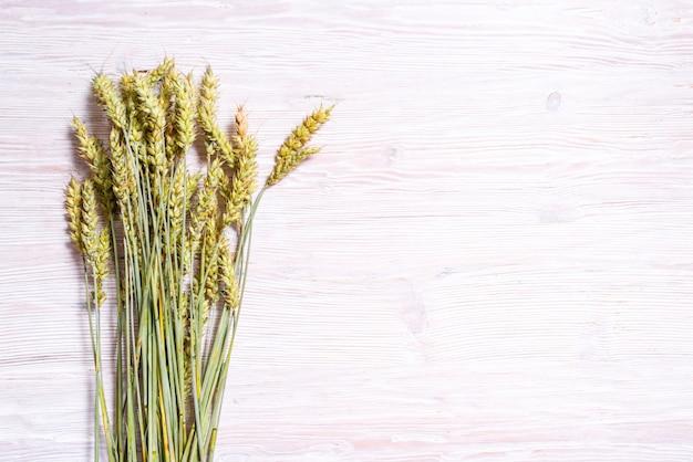 木製の背景、コピー領域のライ麦の緑の耳