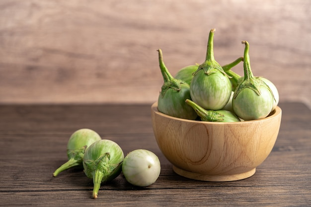 コピースペースと木製のボウルに緑のナスの新鮮な野菜。