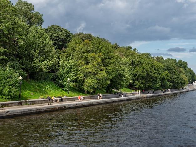 モスクワの川沿いの緑の堤防