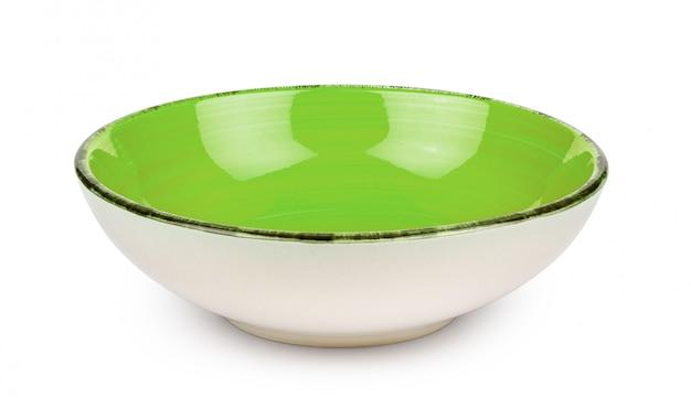 白い背景に分離された緑の空のボウル。セラミック食器。