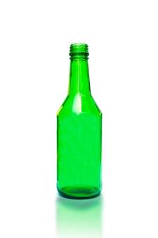 白い背景の上の緑の空のガラス瓶。