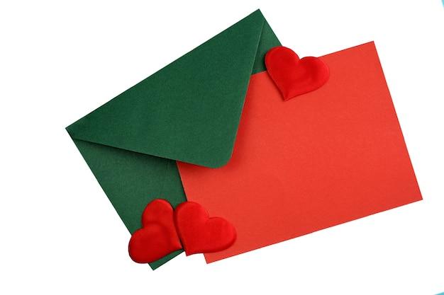 빨간색 종이 시트와 텍스트를 작성하고 휴일 해피 발렌타인 데이 편지를 보내기 위해 옆에 하트가있는 녹색 봉투