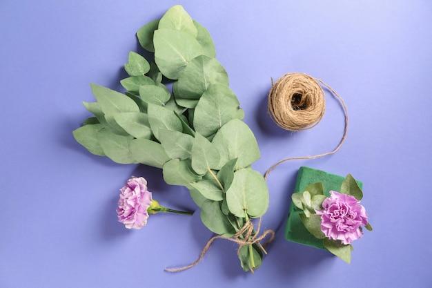 花と糸で緑のユーカリの枝
