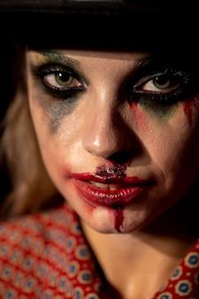 Зеленые глаза безумной клоунской женщины