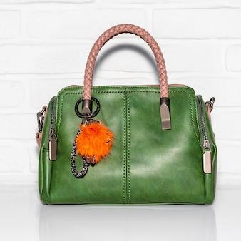 分離された白い表面上の緑の女性のバッグ