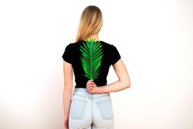 Зеленый папоротник на женской спине, позвоночнике и концепции женского здоровья