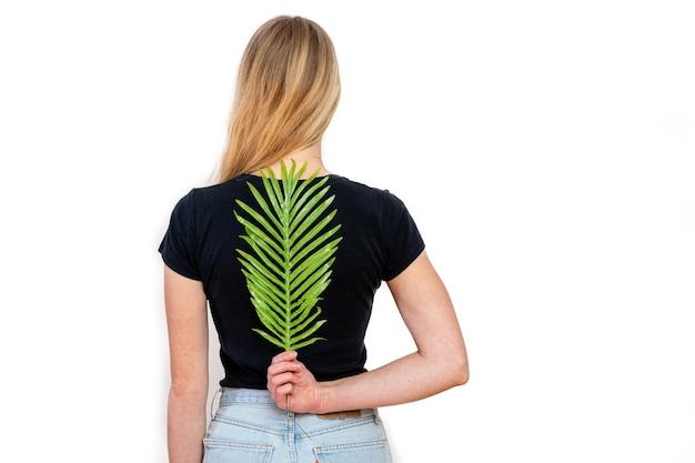 女性の背中、背骨、女性の健康の概念に緑のシダ