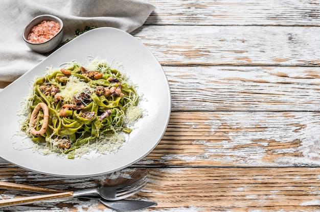 Паста из зеленого шпината с морепродуктами в сливочном соусе
