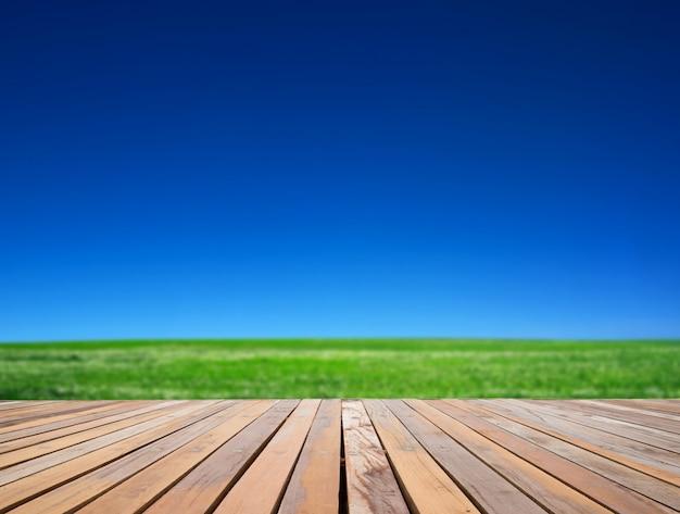 木製の表面とグリーンフィールド