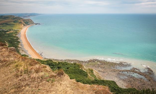 선택적 초점 밝은 여름 휴가와 dorset 영국 사진에서 쥬라기 해안에 바다 영어 채널과 영어 시골 황금 모자와 언덕에 그린 필드 photo