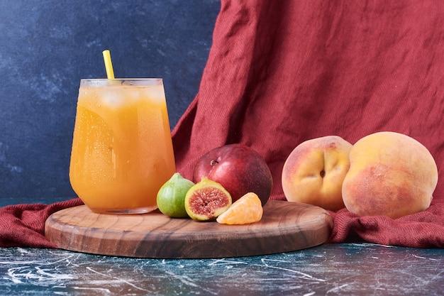 緑のイチジクと桃と青の飲み物。