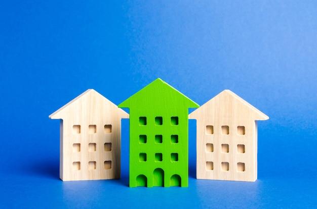 주거용 건물의 녹색 그림이 나머지 집들 사이에서 두드러집니다. 선택 사항 중 아파트를 구입하는 가장 좋은 옵션을 검색하십시오.