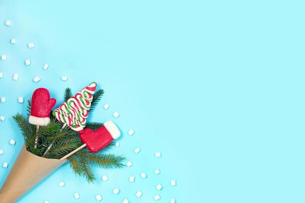 Зеленая ель в крафтовом пакете с рождественскими конфетами и зефирками