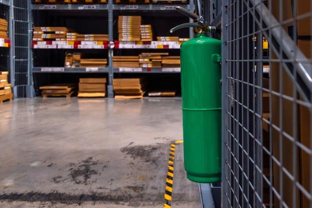 倉庫内の緑の消火器。