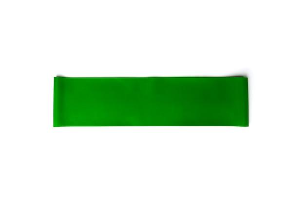 Зеленая резинка для фитнеса для спорта на белом фоне.