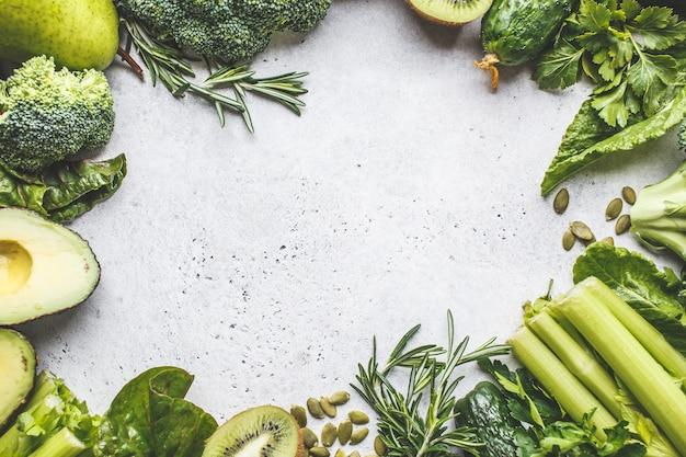緑の食べ物の背景。健康的な緑の野菜や果物、上面図。デトックスダイエットのコンセプト。
