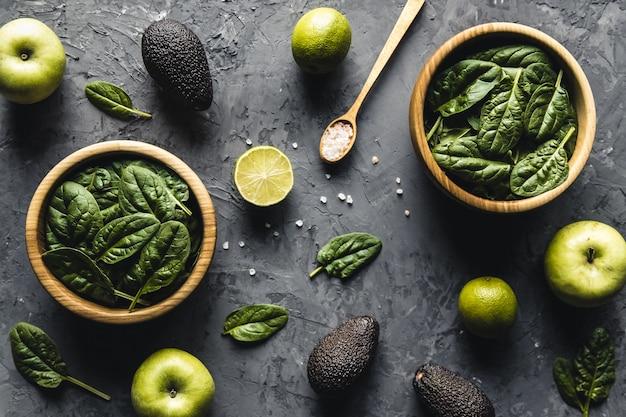 Зеленая еда фон на вид сверху каменного стола. здоровое питание, веганство, эко продукты.