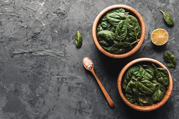 Зеленый фон еды на вид сверху каменного стола