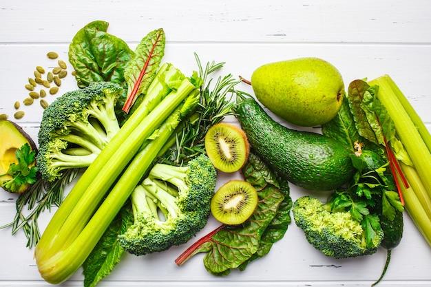 グリーンフード。健康的な緑の野菜や果物、上面図。デトックスダイエットのコンセプト。