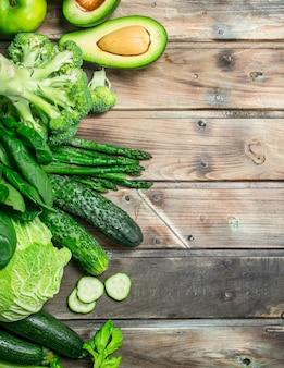 グリーンフード。木製のテーブルにさまざまな有機果物や野菜。