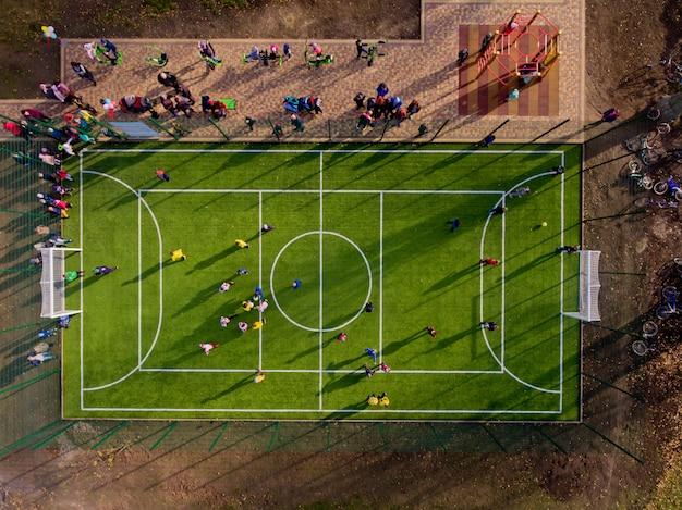 緑のサッカースタジアムのフィールド。空中のトップビュー。