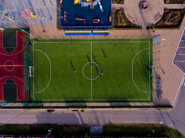 Зеленое поле футбольного стадиона. воздушный вид сверху.