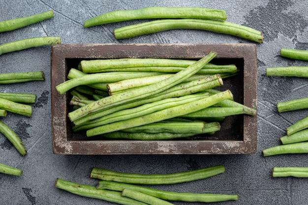 녹색 프랑스 콩 요리 세트, 나무 상자, 회색 돌 테이블에